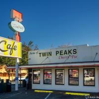 В городке North Bend (Северный Изгиб) есть ресторан из сериала — говорят, когда Линч путешествовал по этим местам в поисках мест для съемок, он, как и главный персонаж сериала в последствии — агент Купер, — не смог устоять перед «вишневым пирогом и чашкой чертовски хорошего кофе».