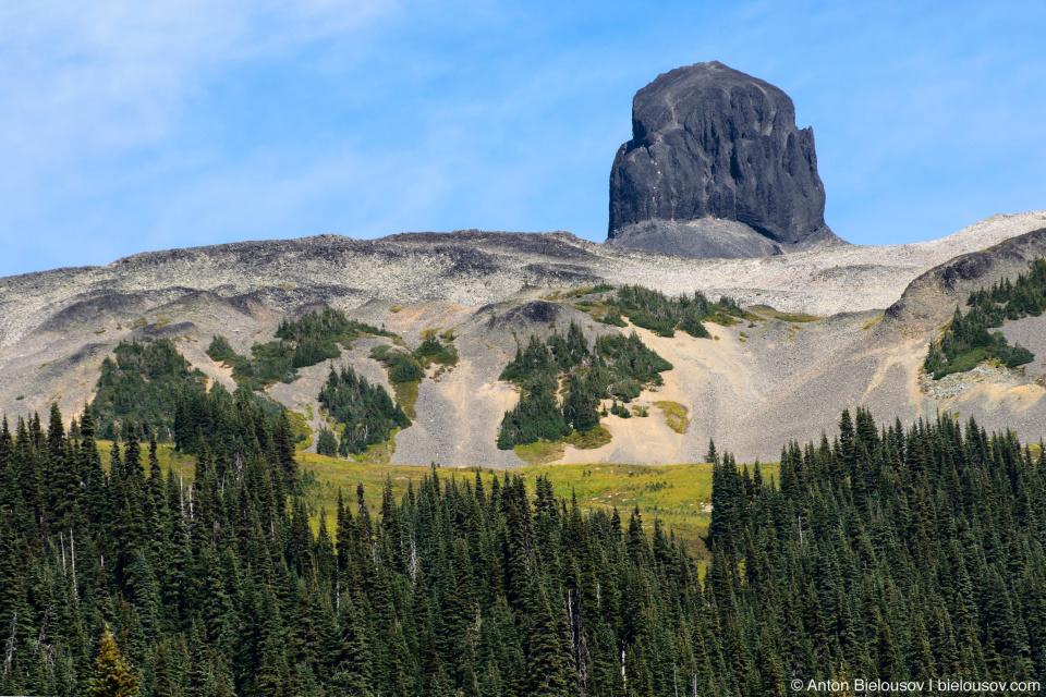 The Black Tusk: потухший вулкан возрастом 1.1—1.3 млн. лет, в кратере которого застыла лава, а края осыпались из-за эрозии. В результате остался торчать стержень застывшей лавы.