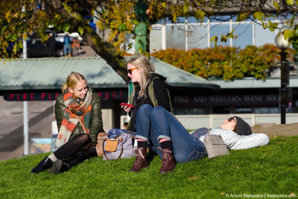На небольшом клочке зелени возле рынка суровые сиэтловские девушки нежатся на солнышке. (Seattle, WA)