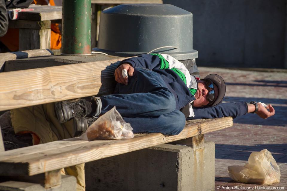 Спящий на скамейке бездомный Сиэтла (Seattle, WA)