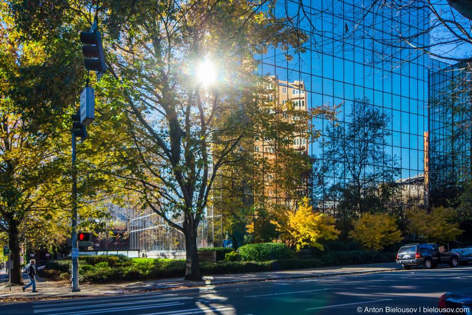 Отражение старого здания в новом (Seattle, WA)