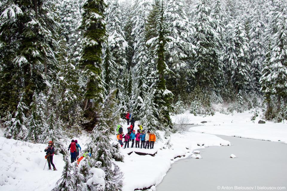 Группа туристов на First Lake (Mount Seymour)