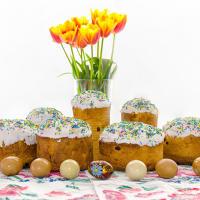 Панеттоне — традиционный миланский рождественский пирог из сладкого дрожжевого теста с добавлением цукатов, сухофруктов и орехов.