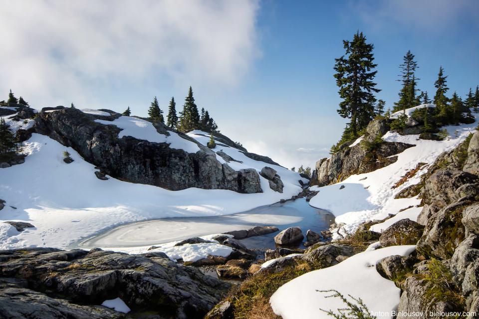 Горное озеро подо льдом на вершине Сеймур (Seymour Mountain)
