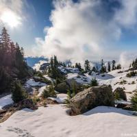 Через полчаса с небольшим подъема начинается снег.