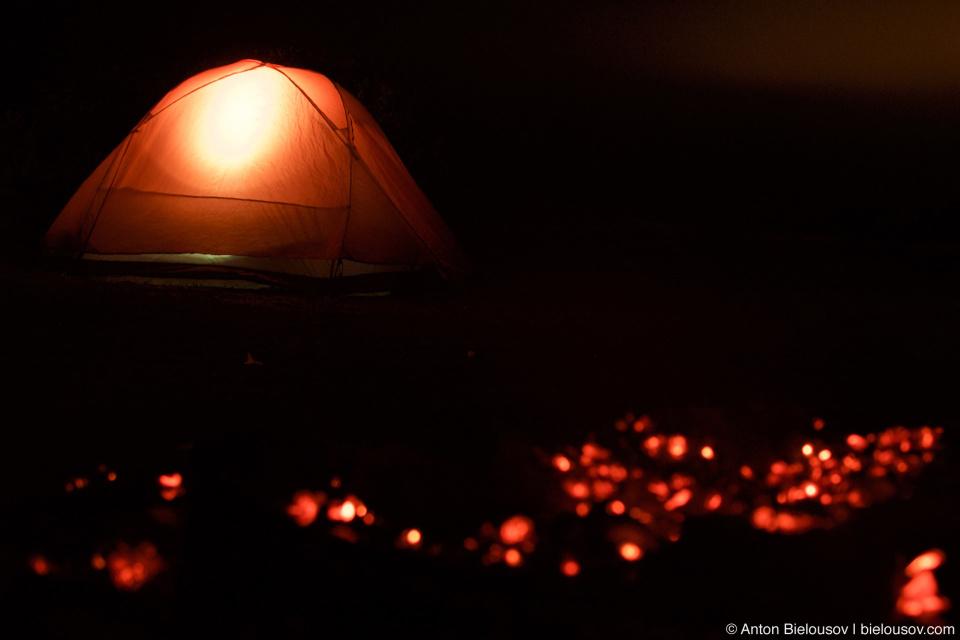 Палатка и костер на пляже