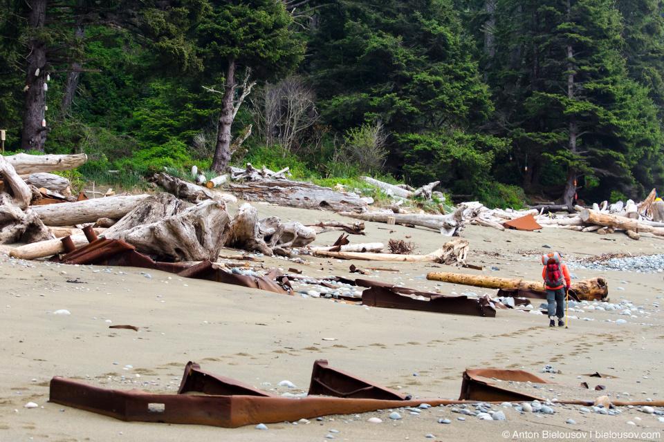 Обломки на пляже возле кемпсайта Tsocowis Creek на 16 км