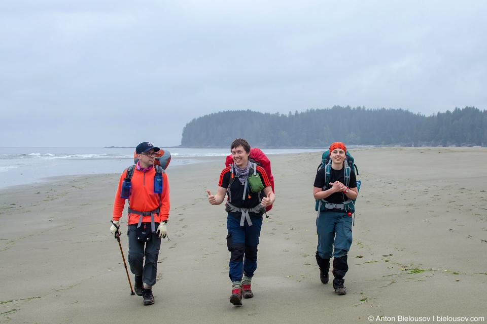 По пологому песчаному пляжу идти легко как по асфальту.