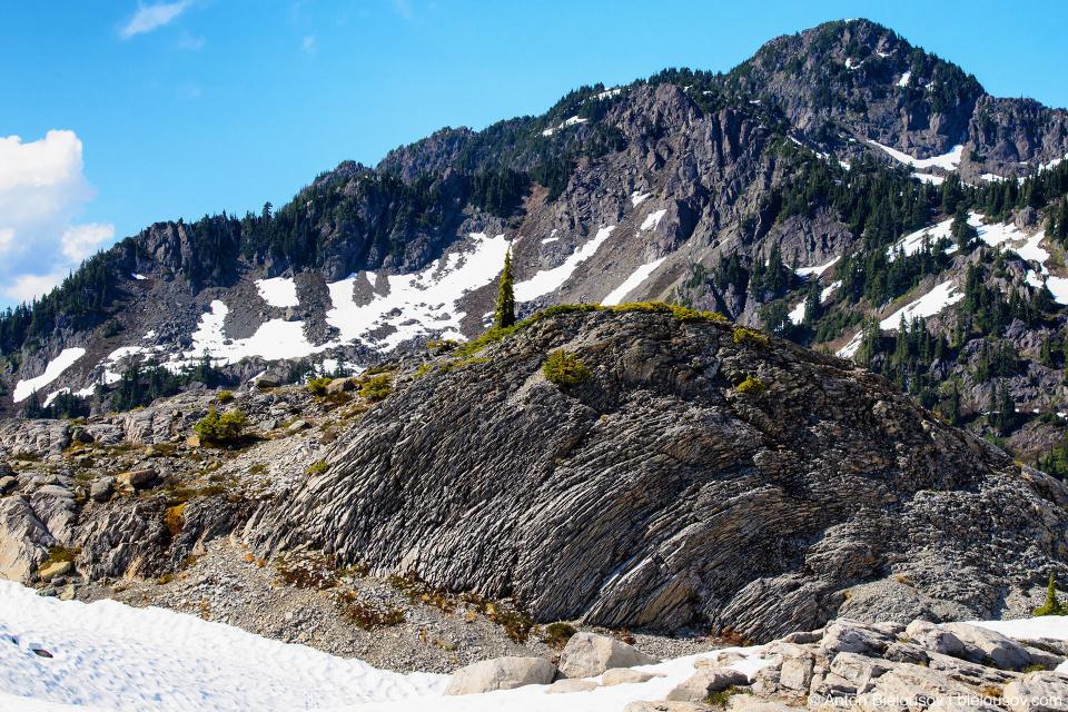 Слоистые каменные образования на горе Baker Mountain, WA