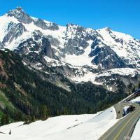 Одно из самых доступных мест на горе — площадка Artist Point, дорога на которую обычно закрыта до средины июня, но в этом году из-за глобального потепления, которого нет, открылась на месяц раньше.