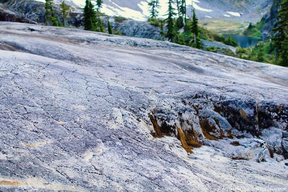 Каменный склон с гексоганальной сеткой андезита