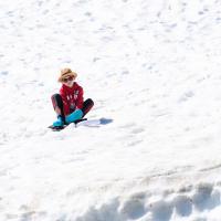 Здесь наверху еще немного снега, но по нему ничего уже не катиться — знакомое ощущение, как в лыжах на асфальте.
