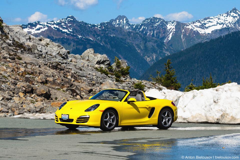 Желтый Порш в горах