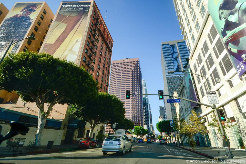 Из-за постоянной угрозы сейсмической активности, город пошел не ввысь а вширь — здесь нет безумно высоких небоскребов.