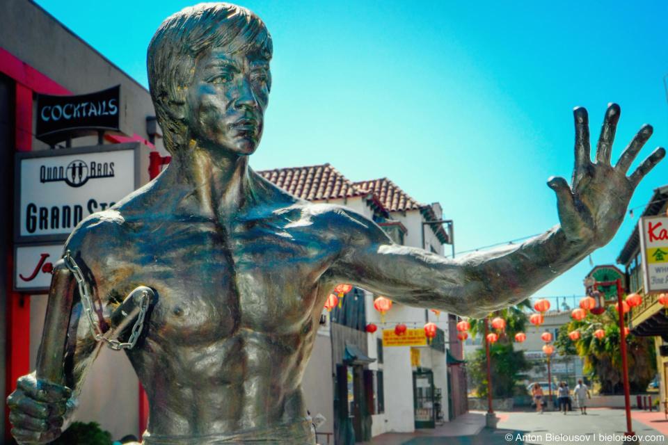 И неожиданная но очень приятная встреча — скульптуру Брюса Ли здесь установили всего 2 года назад.
