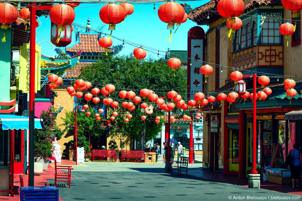 Господи, ну наконец-то китайский район с фонариками как положено. Почему-то в Канаде растянуть фонарики не пришло в голову ни одному китайцу, а может они плохо переносят снег, не знаю.