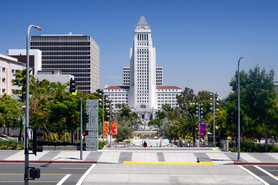 Вот фаллическое здание городского совета, с другой стороны, совершенно не нуждается в борьбе за каждый метр — при высоте 138 метров это, определенно, самая высокая ратуша что я когда-либо видел. Причем видел неоднократно — на эмблемах полицейских в половине голливудских фильмов.