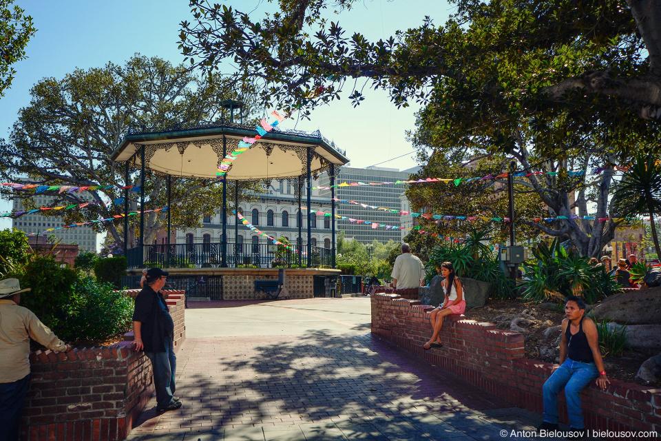 И даже не типичный для латиноамериканских стран парк с беседкой — а люди, без дела сидящие в нем в понедельник в 3 часа дня.