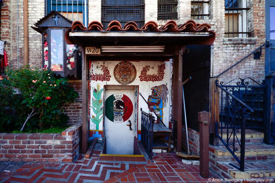 Мексиканский квартал с базарчиком на улочке Олвера находится в самой старой части города, прямо возле вокзала, но вовсе не архитектура, не сувенирные прилавки, не рестораны мексиканской кухни заставляют почувствовать себя в Мексике.