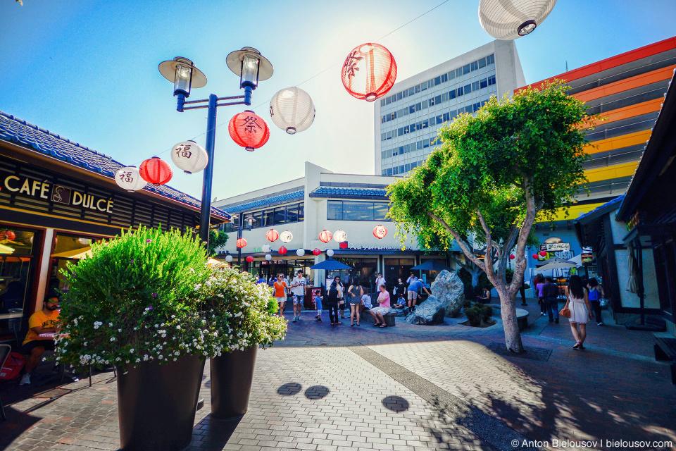 Когда-то в этом районе Лос-Анджелеса жило 30 тысяч японцев, но они все давно уехали в пригороды и сейчас здесь, почти в самом центре города осталось пару кварталов кафешек и магазинчиков и полупустых торговых центров.