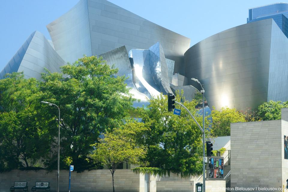 Концертный зал Уолта Диснея, например, не только напоминает музей музыки в Сиэттле, но весь комплекс вместе с филармонией Дороти Чендлер и театром Амансона составляют третий по величине центр искусств в США.