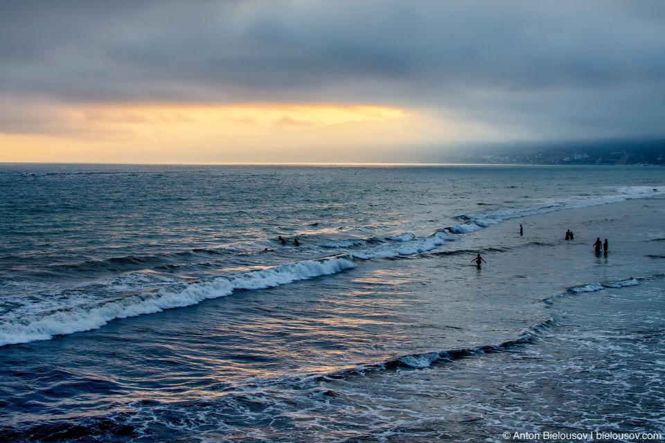 Пляж возле пирса Санта-Моники на закате