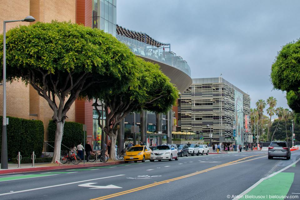 Выйдя из многоэтажной парковки в Санта-Монике всегда видно следующую — вон она, полосатая. Причем видно в любую сторону по любой улице. Подумать только, сколько места пропадает.