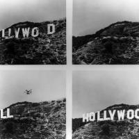 В 1970-х знак пришел в самое большое запустенье за все время его существования. Верхняя чать первой буквы «O» отвалилась, а третья буква «O» упала полностью. Надпись теперь читалась не иначе как «HuLLYWO D».
