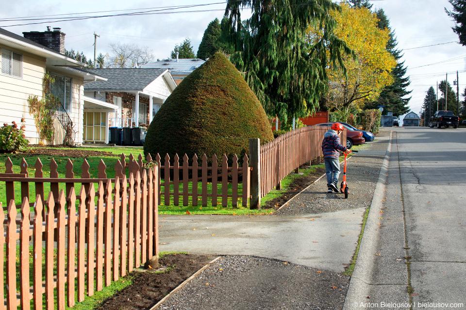Через 3 недели приехали рабочие и за два дня положили тротуар. Пусть гравийный, но он выполняет свою функцию.