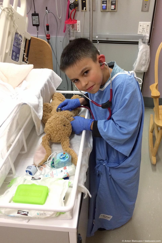 В родильном отделении установлено правило посещений: любое количество посетителей может навещать пациентку в любое время суток (sic!). В том числе и дети.
