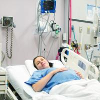 В центре комнаты за ширмой стоит больничная кровать. За ней — несколько стационарных приборов для мониторинга основных жизненных показателей. В стене — целый набор «розеток» к центральным системам подачи кислорода, «медицинского воздуха», веселящего газа и прочего.