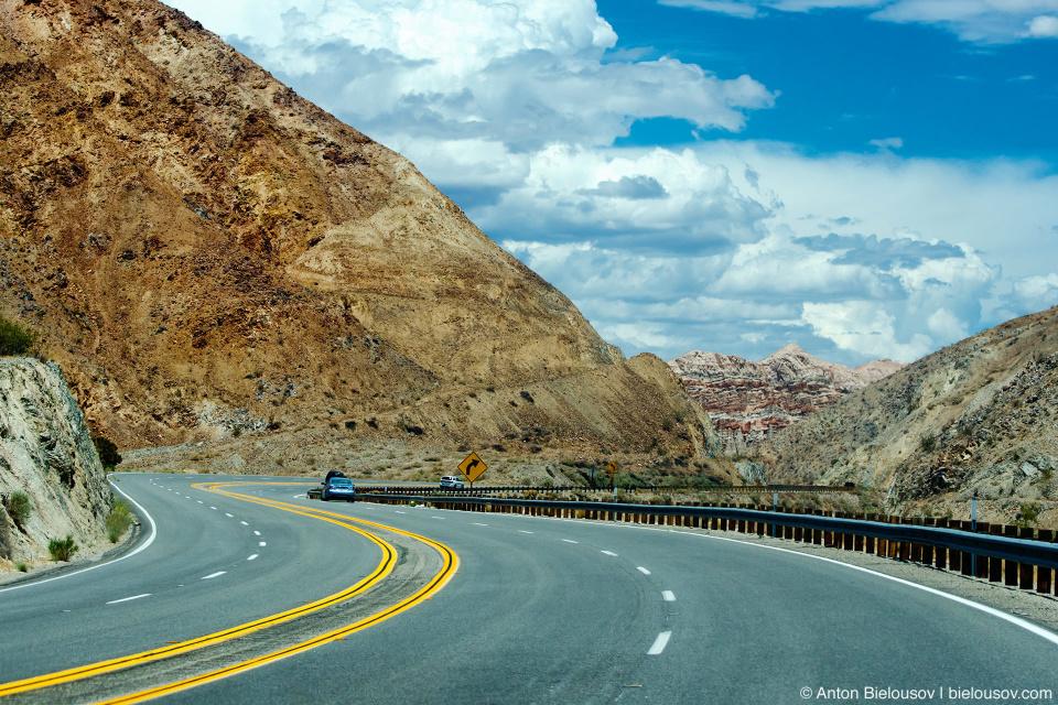 Шоссе через пустыню в Калифорнии