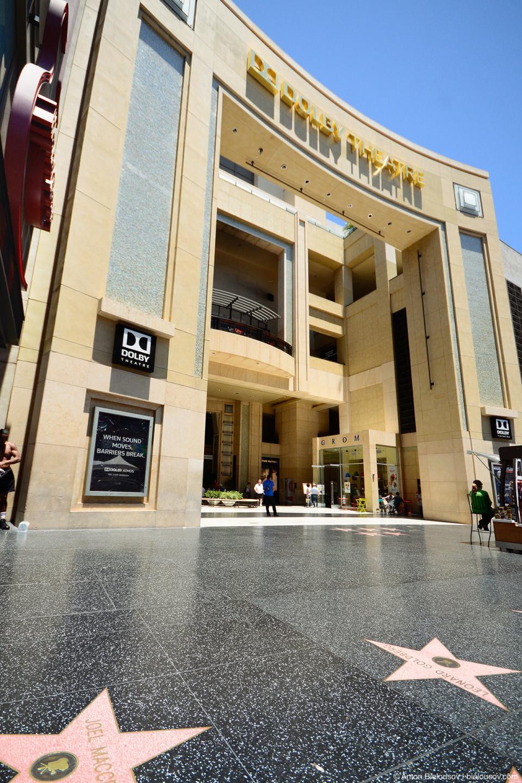 Кинотеатре «Долби» (Dolby Theatre), ранее известный как «Кодак», где проводятся ежегодна церемония вручения премии киноакадемии — Оскар.