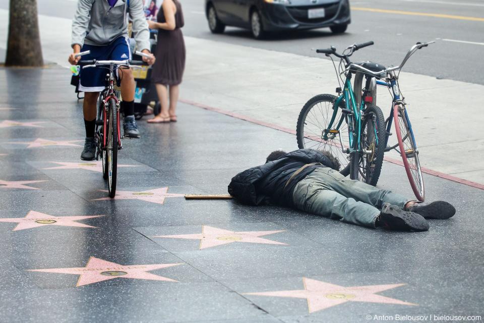 Бездомный на Аллее Славы в Голливуде