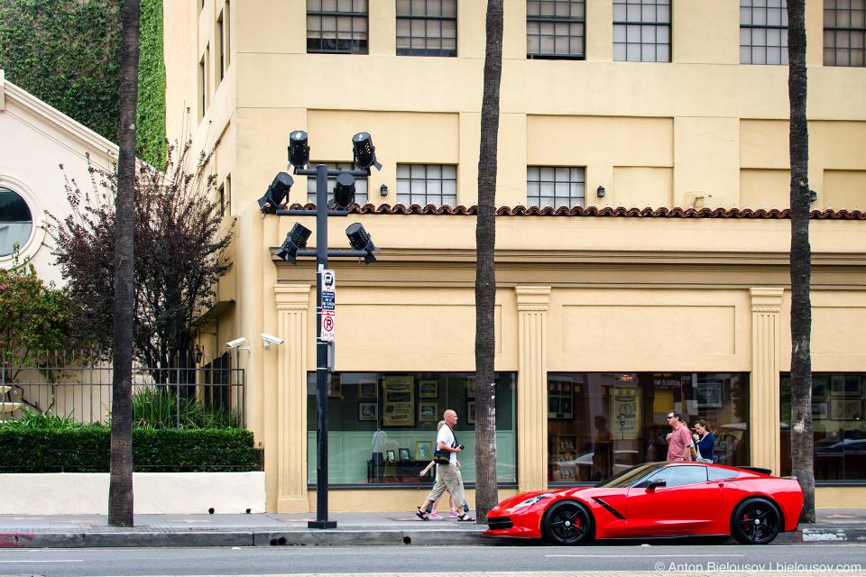 Уличные фонари в стиле киношных софитов на Аллее Славы в Голливуде