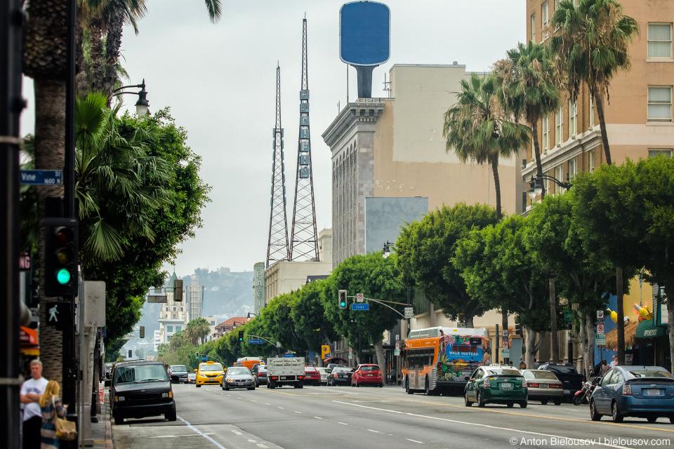 Телевышки KFWB на крыше театра Hollywood Pacific Theatre