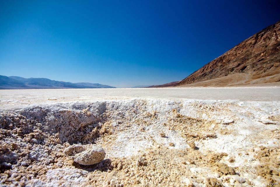 В низине накапливается то немного количество воды что есть в долине из родников и сезонных ручьев, но скопление солей делает ее непригодной для питья.