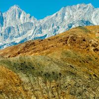 Если ехать по 395 шоссе из Национального парка Йосемити в сторону Палм-Спрингс, то аккурат перед поворотом на долину Смерти, в районе городка Одинокая Сосна (Lone Pine, CA), где в любом случае стоит остановится у последней на много сот миль бензозаправки, возвышается острый пик горы Уитни (Mount Whitney).