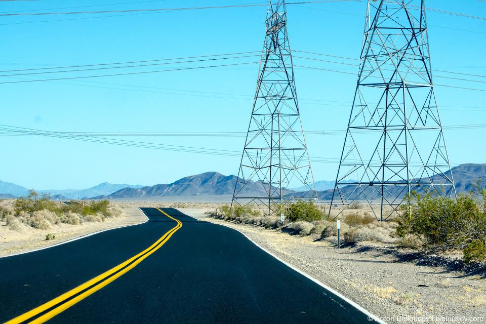 Асфальт — будто бы только вчера постеленный. И, в отличие от больших шоссе, обочины не усеяны обломками и клочьями разорванных шин.