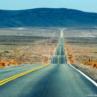 Именно здесь, перед горой Уитни мы сворачиваем с хайвея на пустую и прямую дорогу, ведущую в долину и к самому низкому месту на континенте, по иронии находящемуся всего в 123 км от самого высокого.