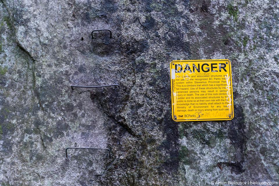Предупреждение об опасной лестнице.
