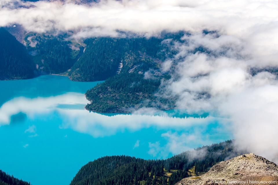 Бирюзовая вода озера Garibaldi Lake