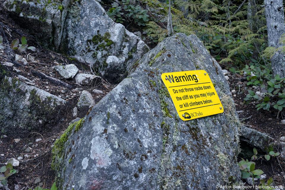 Поэтому сюда съезжаются любители поскалолазать со всего мира и везде висят таблички: «камни вниз не кидать».