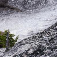 Там впереди еще пару километров до верхней парковки, а здесь под снегом — альпийские луга Heather Meadows.
