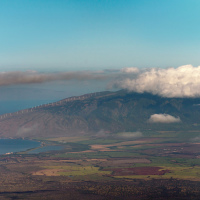 Вид на южную часть острова Мауи — перешеек, образованный лавовыми потоками с двух вулканов и юго-западный склон Пуу-Кукуи