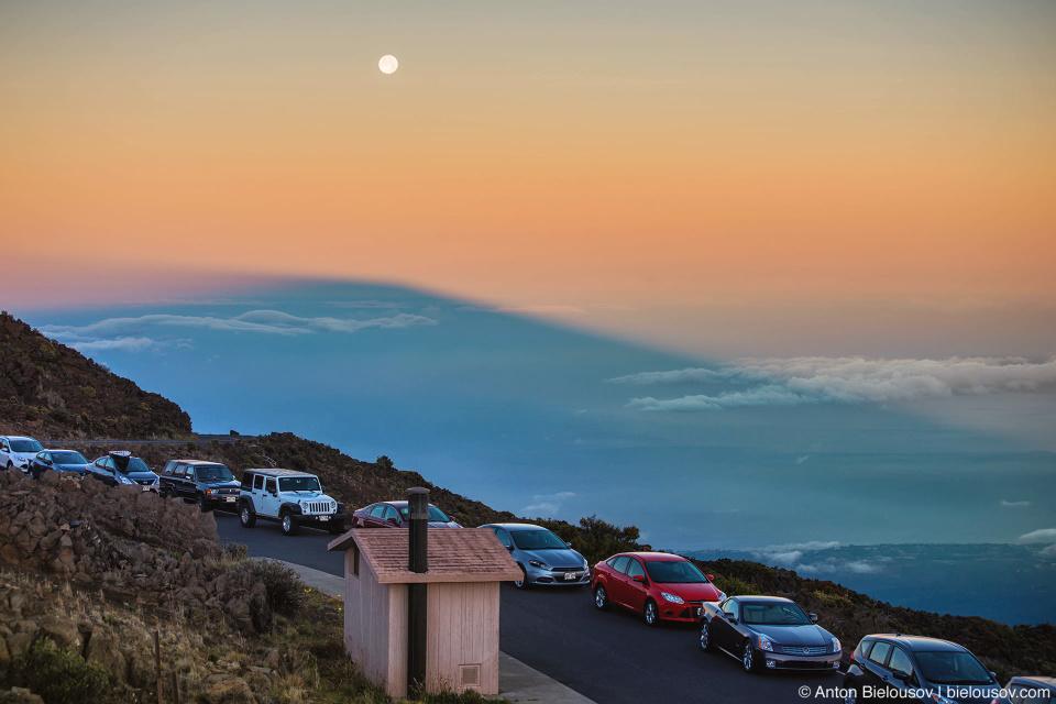 Тень от горы на рассвете на Халеакале (Maui, HI)