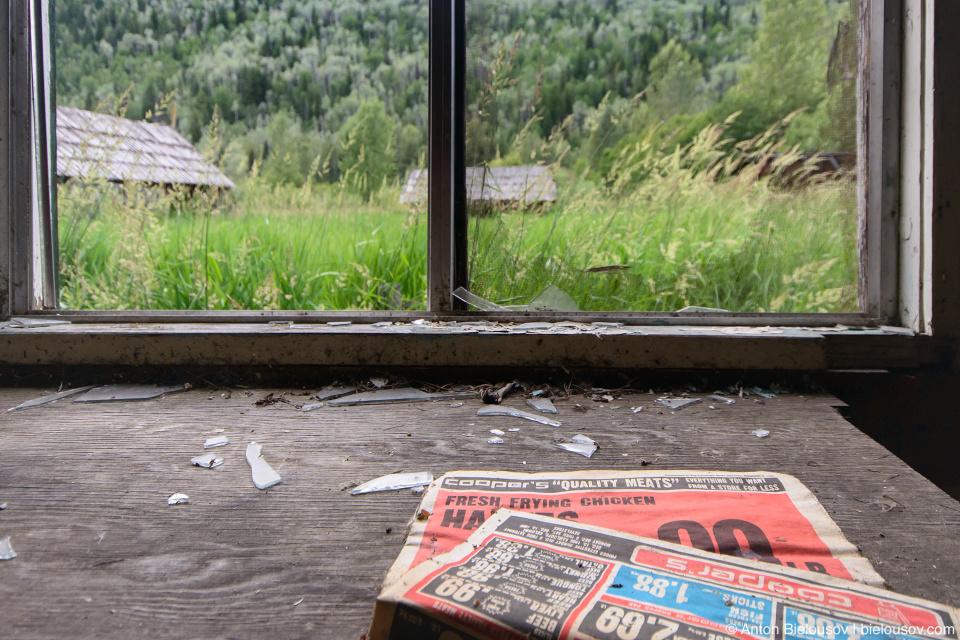 Старая газета в заброшенном фермерском доме