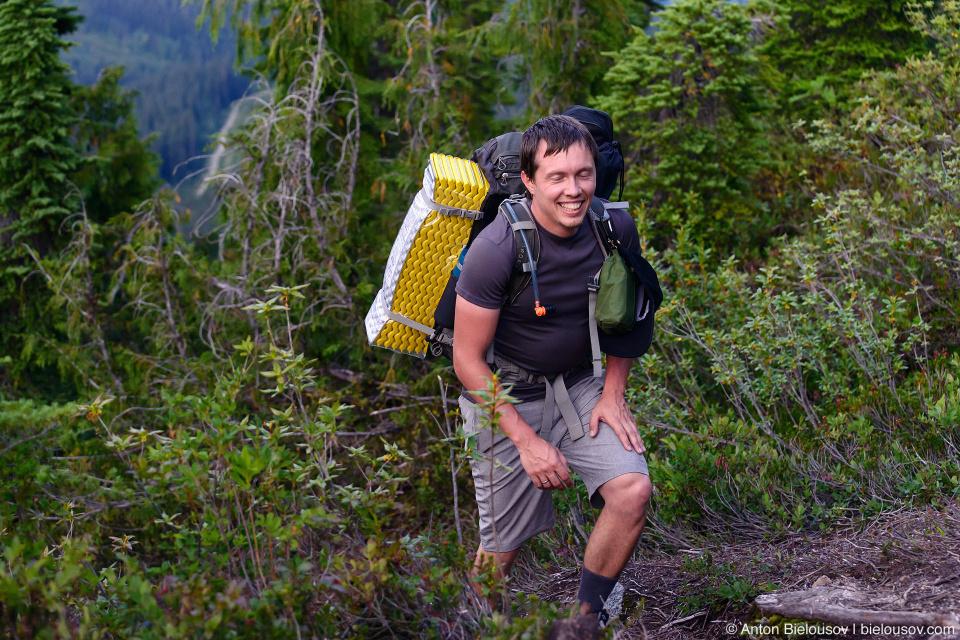 Подъем на гору с рюкзаком