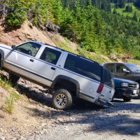 Кроме двух AWD весь остальной транспорт — 4x4. При этом парковка переполнена.