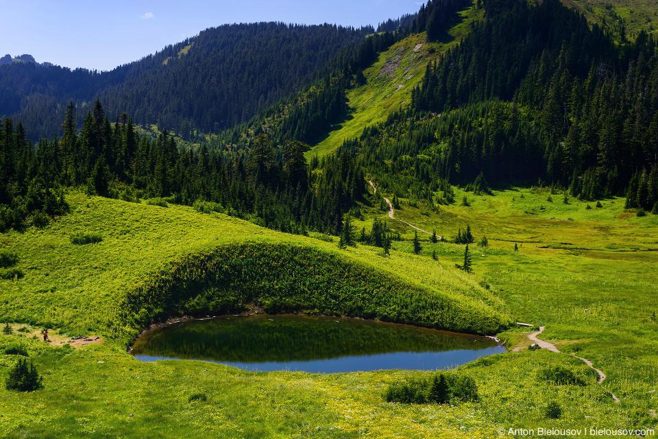 Озеро на тропе на Cheam Peak